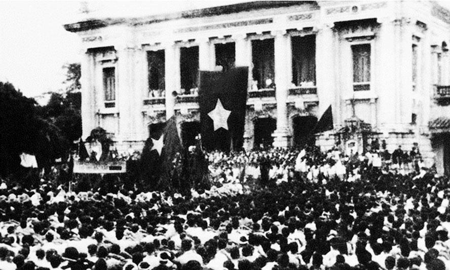 Cuộc mít tinh phát động khởi nghĩa giành chính quyền do Mặt trận Việt Minh tổ chức tại Nhà hát Lớn Hà Nội ngày 19-8-1945. Ảnh tư liệu